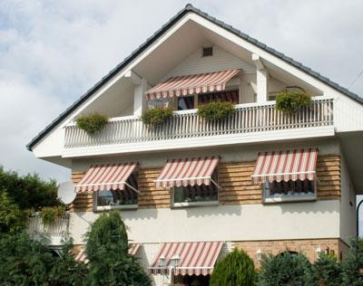 Markisen sind ein hervorragender Sonnenschutz für Fenster und Balkone.