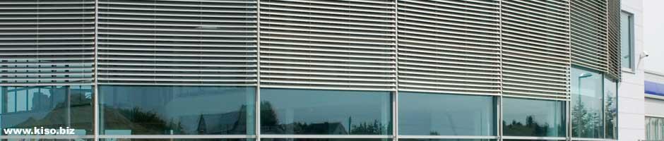 Außenjalousien vor einer Fensterfront.