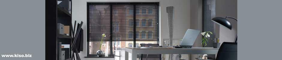 Holzjalousie vor einem Bürofenster.